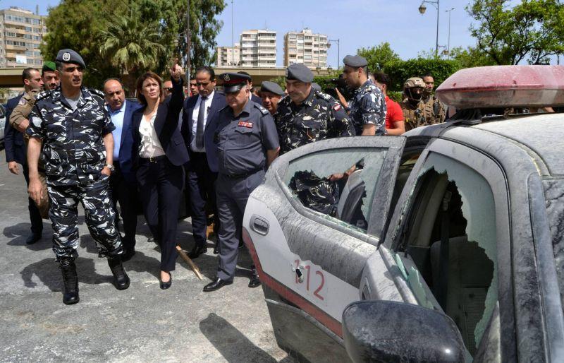 La ministre de l'Intérieur Rayya el-Hassan et le directeur général des Forces de sécurité Intérieure (FSI) Imad Othman (1er à gauche), lors d'une tournée d'inspection dans la ville de Tripoli, au Liban-Nord, le 4 juin 2019.  REUTERS/Omar Ibrahim