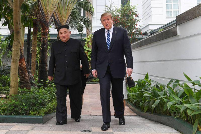 Le président américain, Donald Trump (droite), et le leader nord-coréen Kim Jong Un, lors de leur second sommet, dans un hôtel de Hanoï, au Vietnam, le 27 février 2019. Photo AFP / Saul LOEB