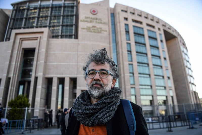 Le journaliste franco-turc Erol Onderoglu, représentant du groupe de défense des droits de l'homme à Reporters sans frontières (RSF), devant le Palais de justice d'Istanbul, le 18 janvier 2019. Ozan Kose/AFP