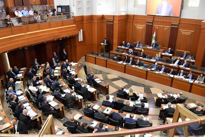 Le président de la commission parlementaire des Finances, le député Ibrahim Kanaan, lisant le rapport de la commission concernant le projet de budget 2019, lors d'une séance plénière du Parlement libanais, le 16 juillet 2019. Photo Ali Fawwaz / Parlement libanais