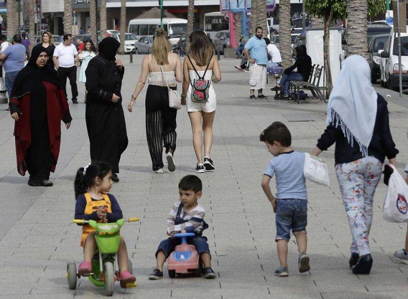 Des passantes et des enfants se promenant sur la corniche de Beyrouth, en mai 2018. Photo d'illustration AFP