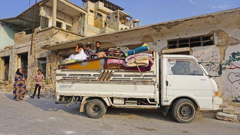 Une famille de déplacés syriens, ayant fui Khan Cheikhoun, à leur arrivée dans la localité de Binnish, dans le nord de la province d'Idleb, le 14 août 2019. Photo AFP / Muhammad HAJ KADOUR