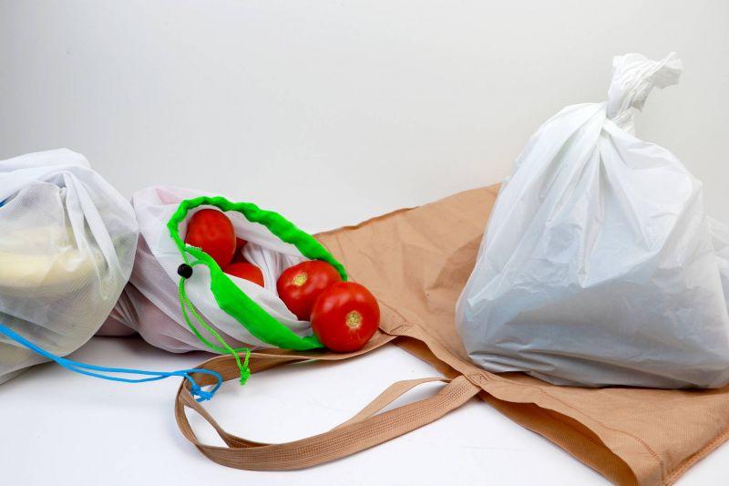 Sacs en plastique vs sacs à utilisations multiples, le choix sera bientôt vite fait. Photo Bigstock