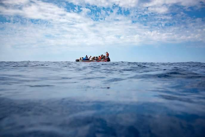 Un bateau de migrants dans le détroit de Gibraltar le 8 septembre 2018. Photo d'archives MARCOS MORENO / AFP