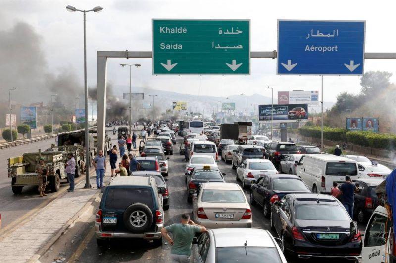 La route menant de Beyrouth à l'aéroport bloquée par des manifestants et des pneus brûlés, le vendredi 18 octobre 2019. Mohamed Azakir/Reuters