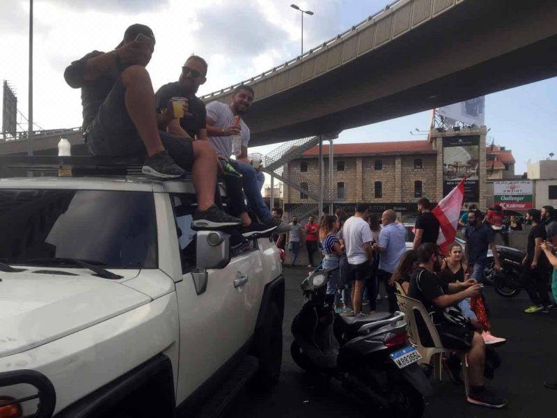 Des manifestants coupant la route, au niveau de Jal el-Dib. Photo Patricia Khoder