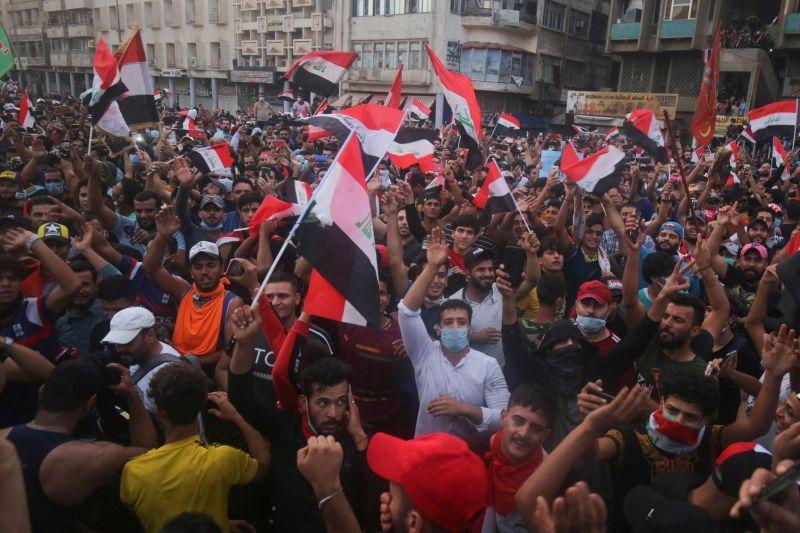 Des manifestants irakiens lors des contestations contre le gouvernement hier à Bagdad. Photo AFP