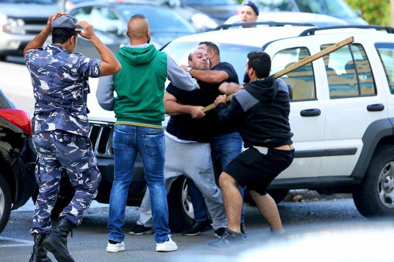 Des assaillants, mardi, dans le centre-ville de Beyrouth, cœur de la mobilisation contre le pouvoir. Aziz Taher/Reuters
