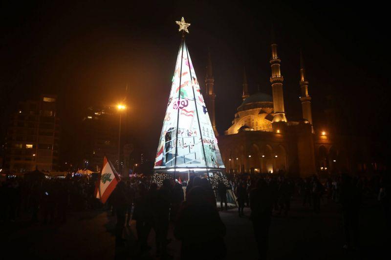 La place des Martyrs est prête à recevoir les Libanais au Nouvel An, avec son arbre érigé par les protestataires. Patrick Baz/AFP