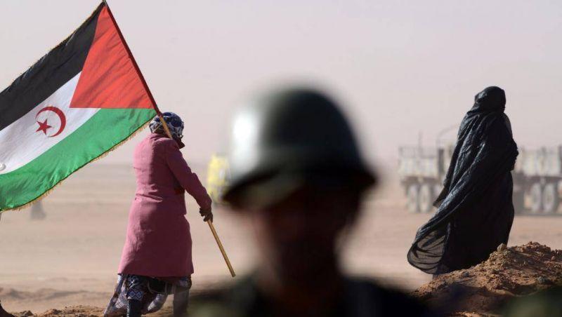 Une femme portant un drapeau du Front Polisario durant la cérémonie d'anniversaire des 40 ans de la proclamation de la République arabe saharouie démocratique, en février 2016. Photo d'archives AFP / Farouk Batiche