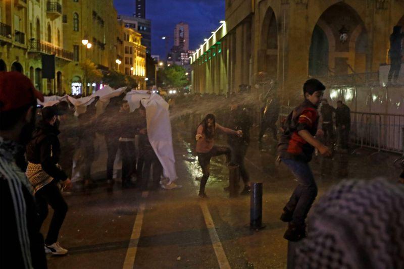 Des manifestants libanais aspergés d'eau par la police, le 22 janvier 2020 près du Parlement à Beyrouth. Photo AFP / JOSEPH EID