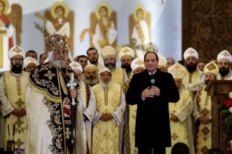 Le président égyptien, Abdel Fattah el-Sissi, tenant un discours aux côtés du pape de l'Église copte orthodoxe Tawadros II, lors d'une liturgie à la cathédrale de la nativité du Christ au Caire, le 2 janvier 2020. Photo AFP/Files