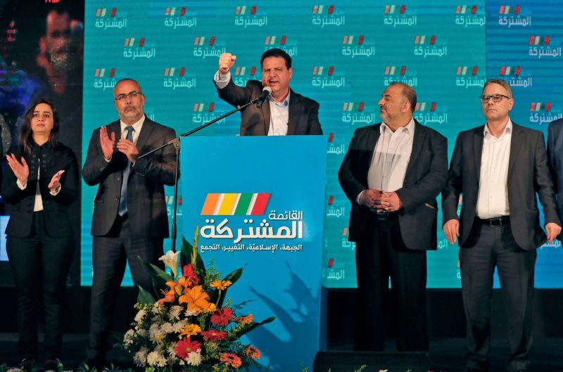 Ayman Odeh (au centre), en compagnie d'autres candidats de la Liste arabe, s'adressant à ses électeurs, le 2 mars 2020. AFP / Ahmad GHARABLI